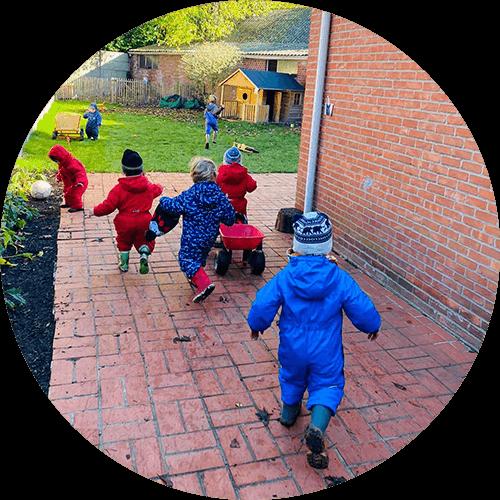 wij willen buiten spelen in de tuin van onze crèche!